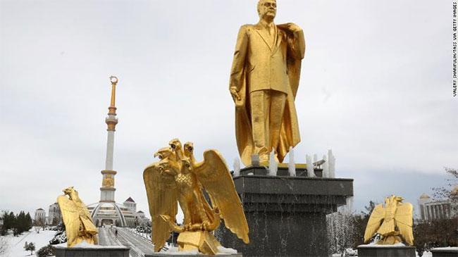 Sau khi Liên Xô tan rã, Saparmurat Niyazov nhậm chức tổng thống đầu tiên của Turkmenistan.