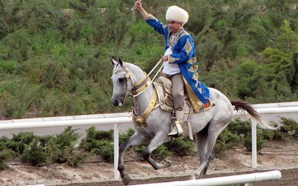 Berdymukhamedov thường xuất hiện khi đang cưỡi ngựa, làm DJ, chơi đàn với cháu trai...