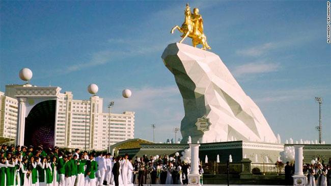 Trong ảnh là bức tượng vàng Tổng thống Gurbanguly Berdymukhamedov trên lưng ngựa