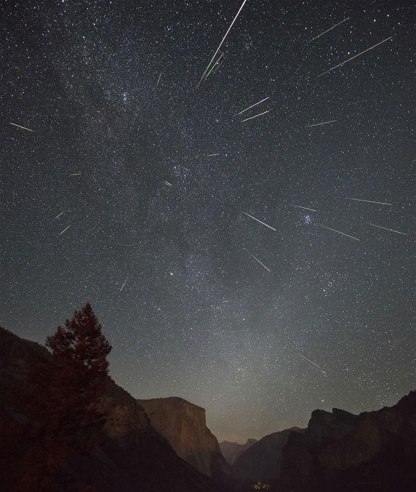 Hình ảnh này được chồng ghép lại từ 25 tấm hình riêng biệt trong loạt ảnh phơi sáng liên tục suốt đêm.