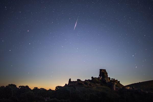 Mưa sao băng Perseid xuất hiện rực rỡ trên bầu trời Lâu đài Corfe, Wareham, Vương Quốc Anh.