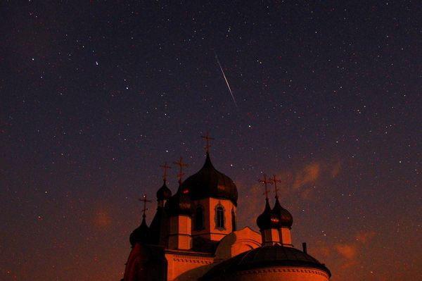 Bên trên nóc một nhà thờ Chính Thống Giáo ở Belarus, sao băng Perseid vút nhanh qua bầu trời.
