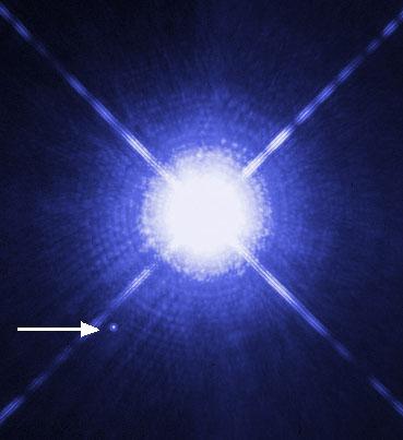 Sirius A là ngôi sao sáng ở giữa, và chấm sáng ở góc dưới là sao lùn trắng Sirius B