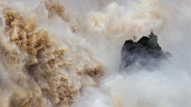 Nước tuôn xối xả ở thác Barron, Queensland trong mùa lũ
