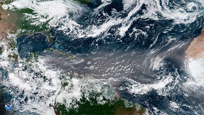 Một đám mây bụi Sahara khổng lồ.