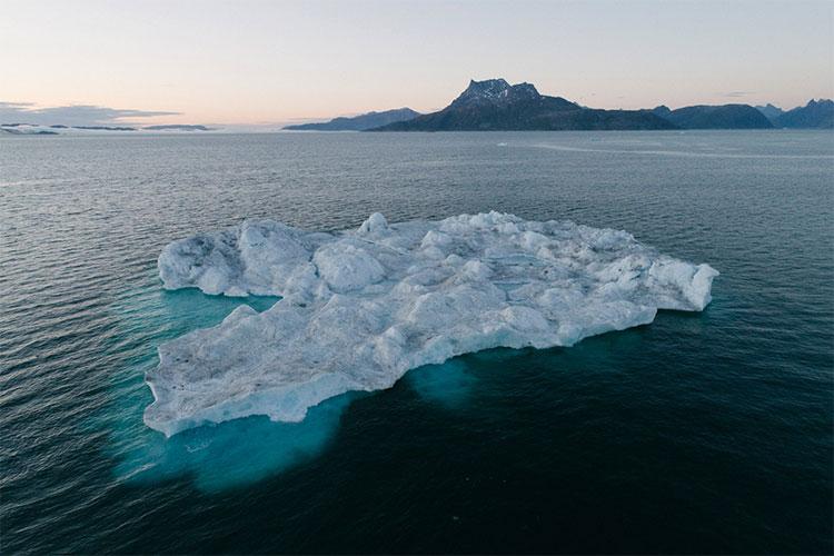 Một tảng băng trôi bên núi Sermitsiaq, Greenland.
