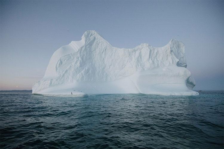 Một tảng băng trôi ra khỏi khối băng Greenland, gần làng Ilulissat.