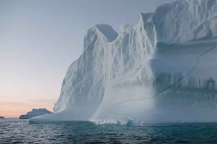 Tảng băng sừng sững trôi qua vịnh Ilulissat nổi tiếng. Vịnh băng này là di sản thế giới đã UNESCO công nhận