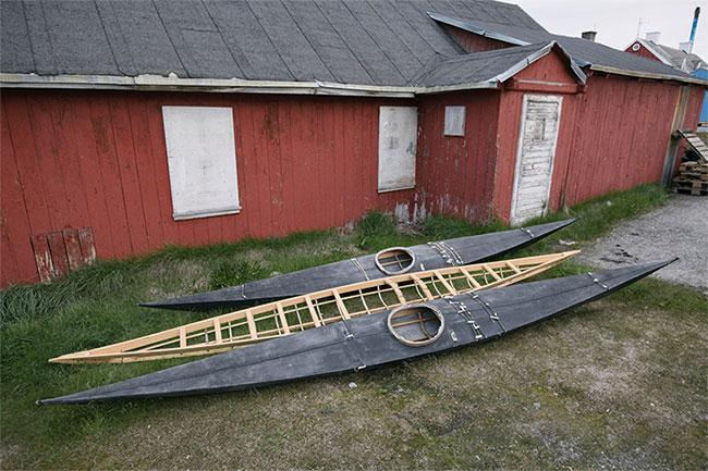 Hai chiếc thuyền kayak bên ngoài câu lạc bộ chèo thuyền ở Aasiaat.