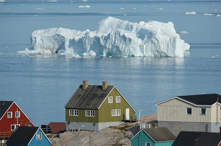 Một góc Greenland, với kiến trúc Đan Mạch đặc trưng và những tảng băng trôi đẹp mắt.