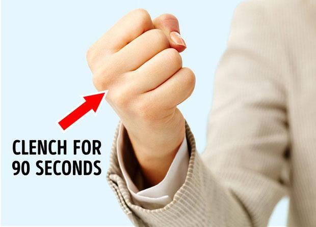 Siết nắm tay trước khi đọc bất kỳ thức gì