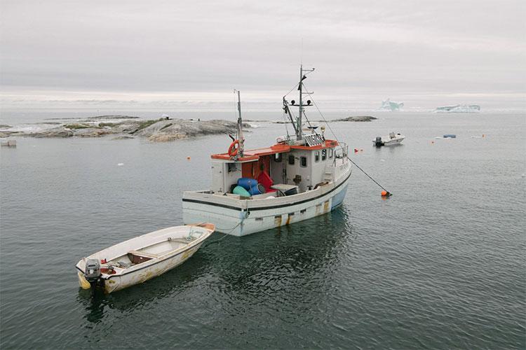 Một tàu đánh cá neo đậu ngoài khu định cư nhỏ Qasigiannguit, Greenland.
