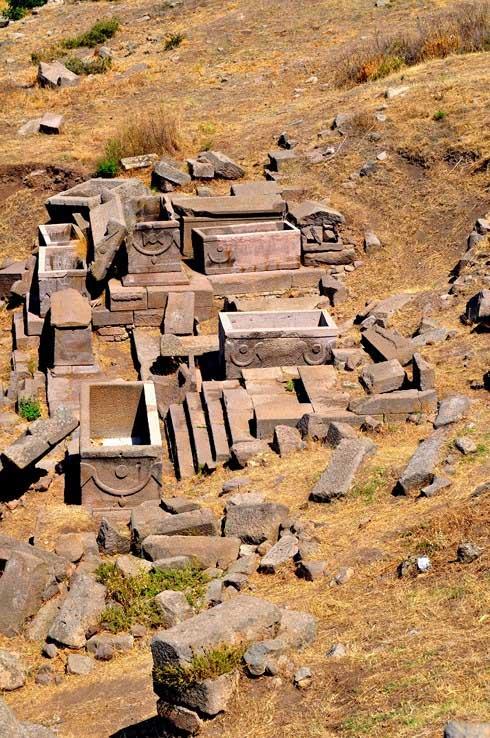 Những phần quách nằm trên thành phố cổ Assos, Thổ Nhĩ Kỳ.