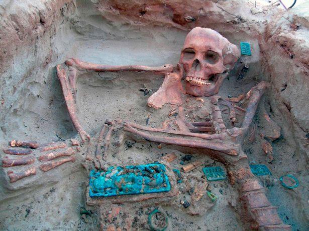 Khóa thắt lưng bằng đồng được tìm thấy cùng với xác ướp trong quan tài đá.