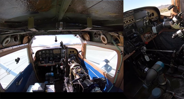 Cánh tay ROBOpilot gắn trong buồng lái chiếc Cessna 206.