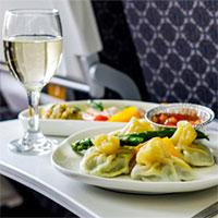 Vì sao phi công không bao giờ dùng suất ăn giống hành khách?