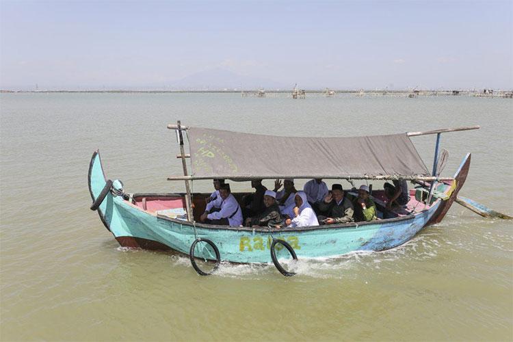 Khách du lịch hành hương đến ngôi mộ của Mudzakir.