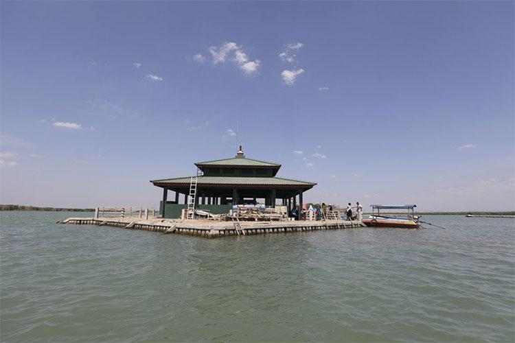 Mộ của Abdullah Mudzakir bị bao quanh bởi biển cả.