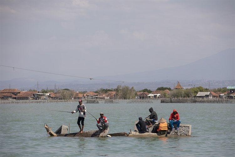 Người dân câu cá trên những khối bê tông vốn đã từng là phần chóp của chiếc cầu gần làng Bedono.