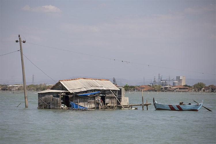 Một ngôi nhà bị chìm phân nửa dưới nước biển ở làng Bedono, đảo Java, Indonesia.