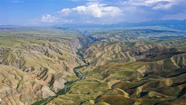 Phong cảnh trùng trùng với con sông giữa thảo nguyên xanh.