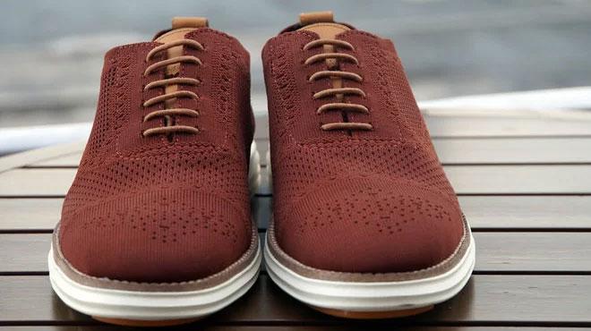 Sản phẩm giày làm từ bã cà phê và ly nhựa.
