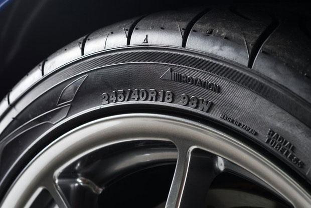 Đã in chữ lên lốp, có nghĩa những dòng chữ ấy phải có ý nghĩa gì đó.
