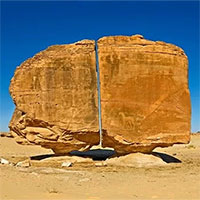 Vết cắt bí ẩn chia đôi khối đá hơn 10.000 tuổi ở Arab Saudi