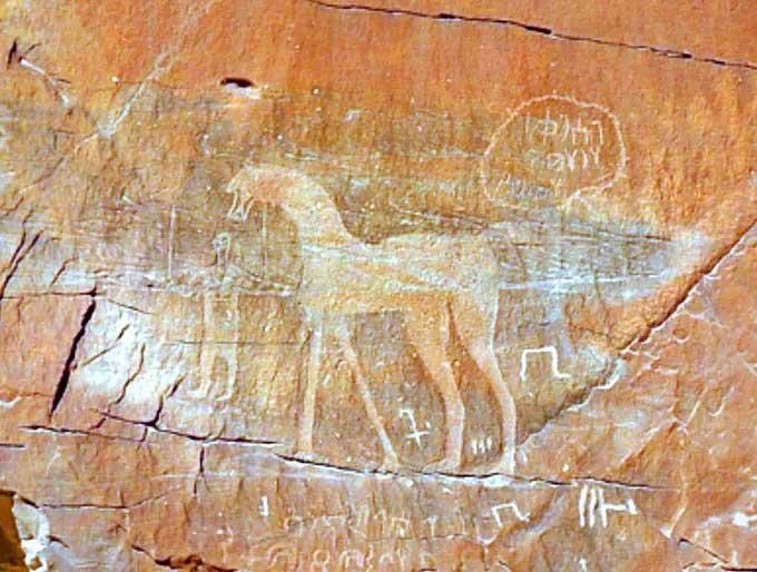 Hiện chưa ai hiểu rõ ý nghĩa của những hình vẽ và ký tự bí ẩn trên bề mặt khối đá.