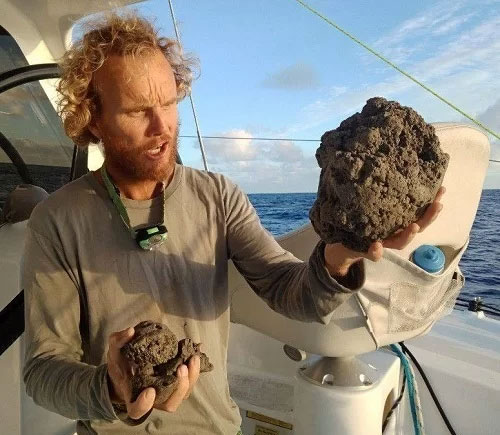 Michael Hoult quan sát những viên đá bọt.
