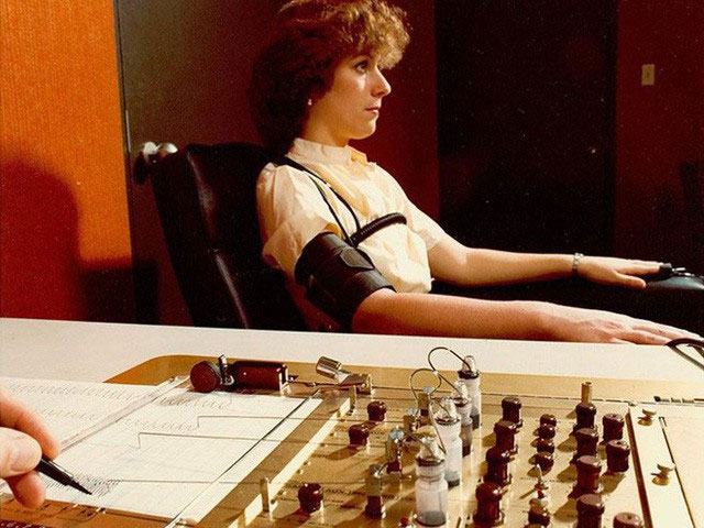 Máy phát hiện nói dối trong một bài kiểm tra hồi thập niên 1970.