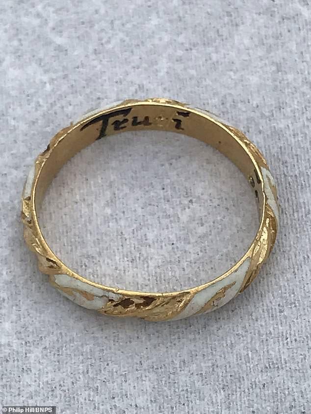 Chiếc nhẫn vàng ước tính đã 500 năm tuổi.