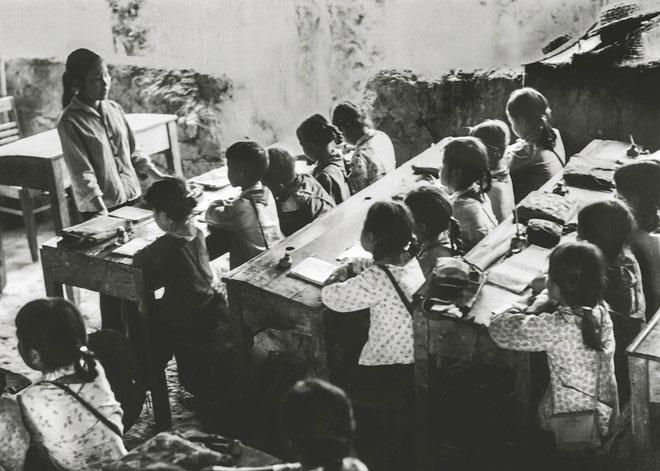 Lớp học trường cấp 1, 2 Tiên Sơn, Hà Bắc thời chiến, 1967.