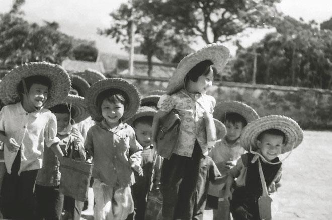 Con em công nhân nhà máy In Tiến Bộ sơ tán về Sài Sơn, Quốc Oai, Hà Tây, năm 1967.