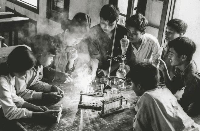 Học sinh lớp 12 trường Thái Phiên, Hải Phòng ở nơi sơ tán, năm 1971.