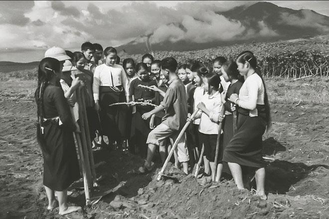 Giờ ngoại khóa của học sinh lớp 11 trường Thanh niên xã hội chủ nghĩa Hòa Bình, năm 1971.