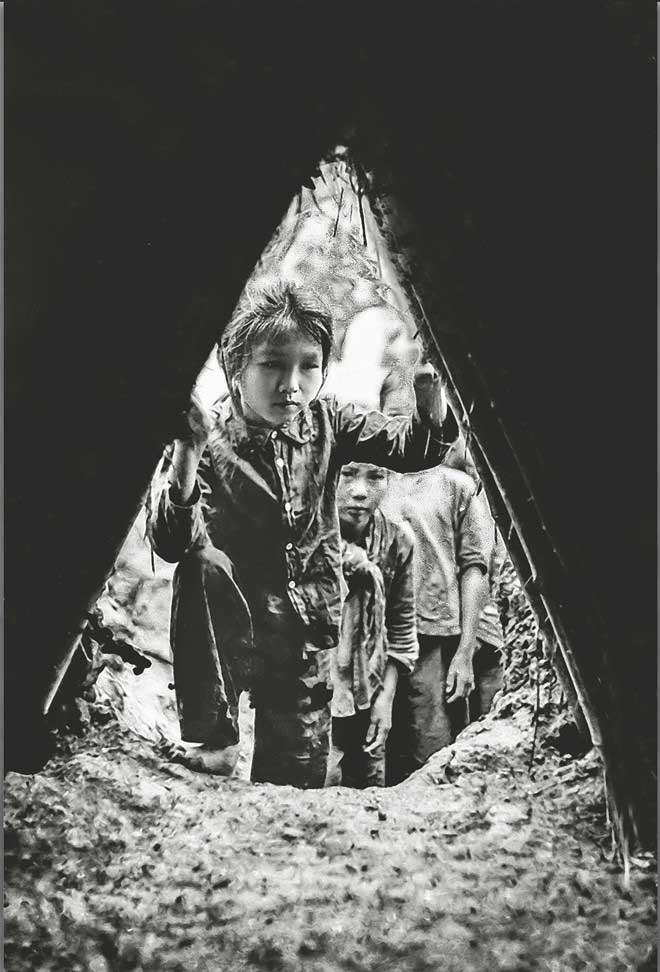 Học sinh trường cấp 1, 2 Đan Phượng đứng trong hầm kèo tránh máy bay địch ném xuống Hà Nội, năm 1972.