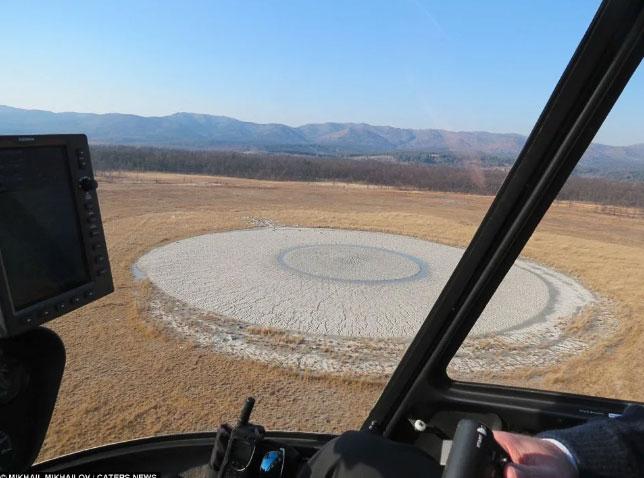 Núi lửa bùn chụp từ máy bay trực thăng.