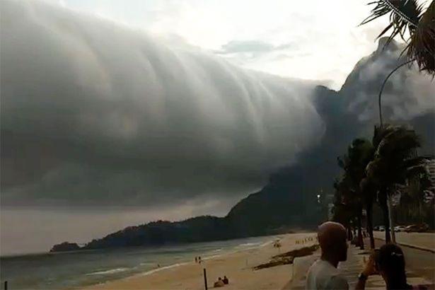 Đám mây lơ lửng trên trời khoảng 5 phút