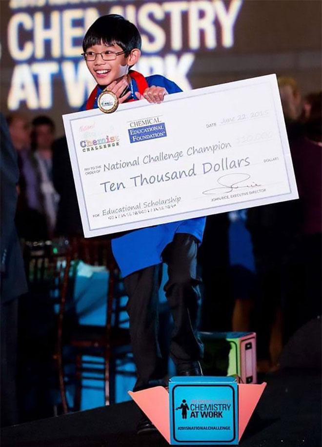 Cậu bé cũng được Tổng thống Obama trao học bổng 10.000 USD.
