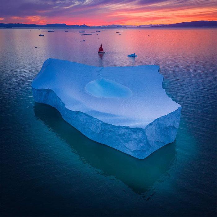 Một tảng băng lớn ở Greenland có hồ nước ở giữa