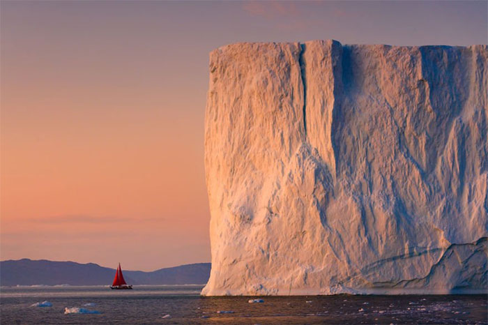 Chiếc thuyền cao 27m khá nhỏ bé trước bức tường băng khổng lồ