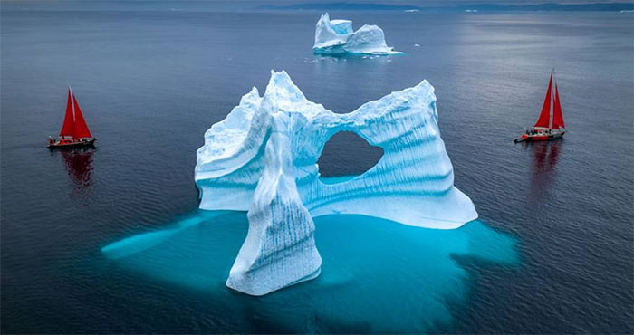 Thuyền chở khách tham quan ở Greenland