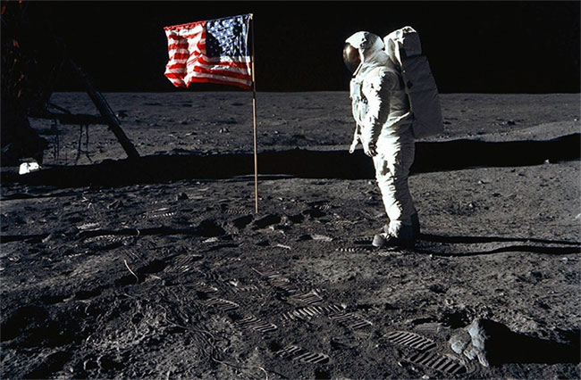 Những dấu chân đầu tiên của con người trên Mặt trăng.