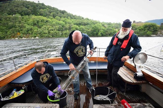 Giáo sư Neil Gemmell lấy mẫu trên thuyền của mình để nghiên cứu về DNA của quái vật hồ Loch Ness