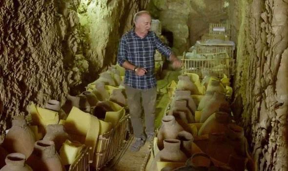 Nhóm nghiên cứu đã tìm thấy 56 chiếc lọ trong lăng mộ Tể tướng Ipi.