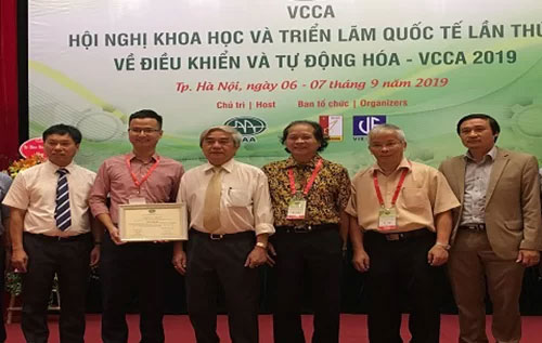 Đại diện nhóm nghiên cứu nhận giải bài báo xuất sắc.