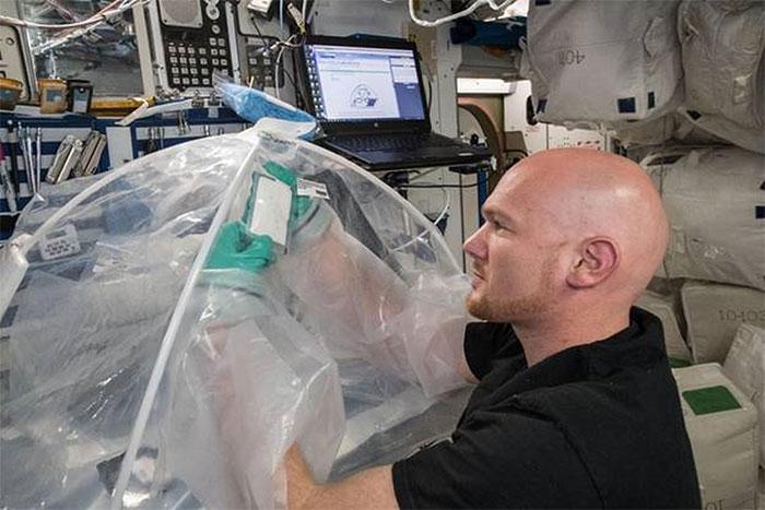 Phi hành gia Alexander Gerst thử nghiệm chế tạo xi măng trên vũ trụ.