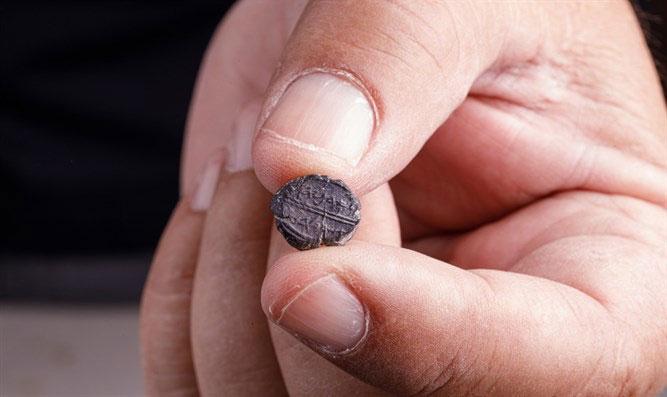 Chiếc ấn có khắc những ký tự Do Thái cổ.