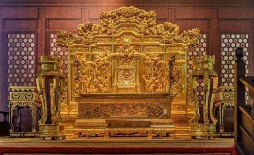 Ghế rồng rất linh thiêng, chỉ dành cho những người có thân phận cao quý, là bậc Thiên tử chân chính.
